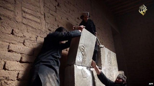 لقطة شريط فيديو يظهر تدمير مسلحي تنظيم الدولة الاسلامية متحف مدينة الموصل