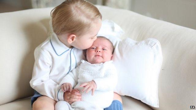 生後1カ月で兄ジョージ王子といる様子をキャサリン妃が撮影