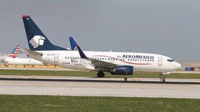 Un avión de Aeroméxico espera en el aeropuerto de Chicago, Illinois