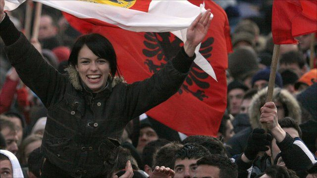 A Kosovar Albanian woman celebrate Kosovo's declaration of independence, in Pristina (17 February 2008)