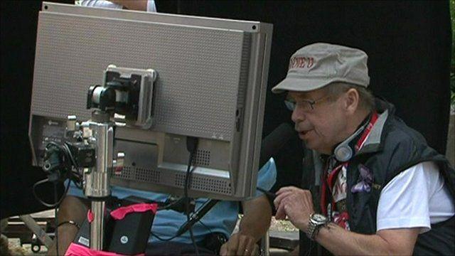 Vaclav Havel viewing a monitor