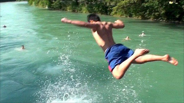 Close-Up: Swimming in Berne's fast-flowing city river