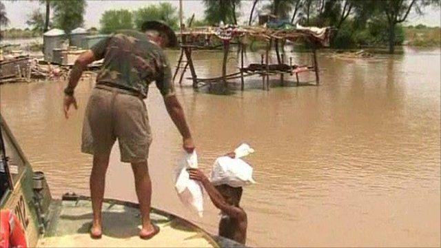 Pakistan navy distributing aid