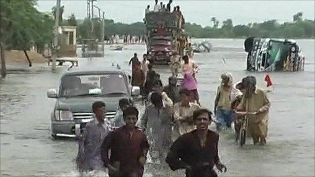 Pakistanis fleeing floodwaters in the country's south