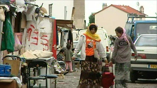 Roma women in Paris settlement