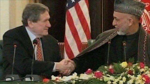 Richard Holbrooke shakes hands with Hamid Karzai
