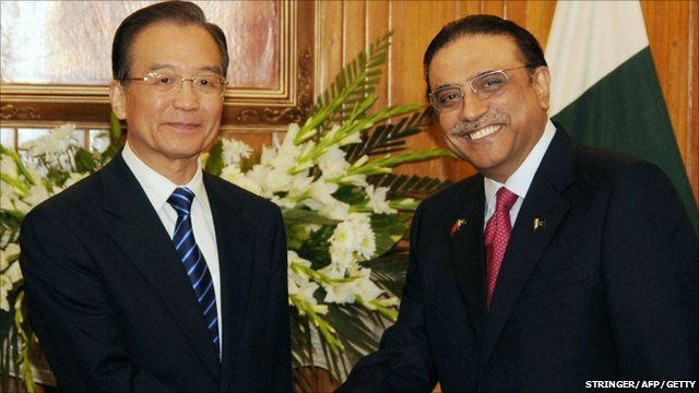 Chinese Premier Wen Jiabao shaking hands with Pakistan's President Asif Ali Zardari