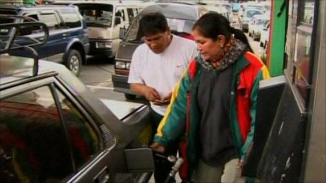 Bolivians waiting in long lines to fill up their tanks