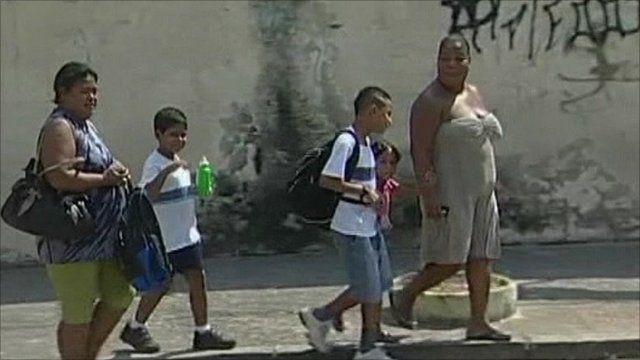 Mothers taking their children to the Tasso da Silvira school
