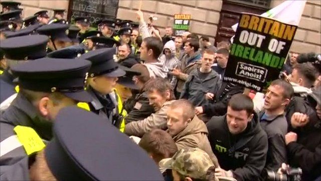 Protesters and police in scuffles in Dublin