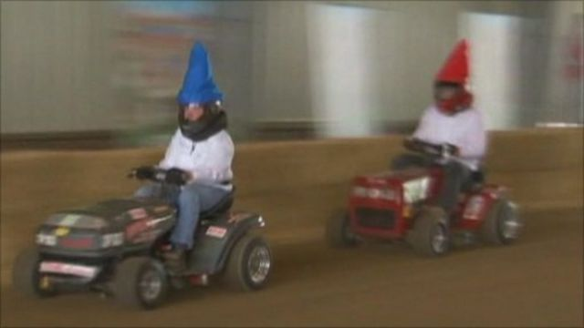 Lawnmower racing gnomes