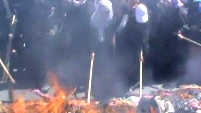 Yemeni women set fire to veils