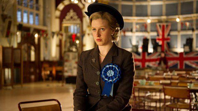 Alexandra Roach fel y Margaret Thatcher ifanc