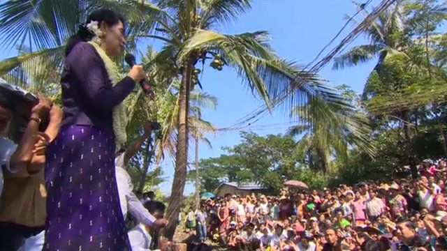 Aung San Suu Kyi addressing supporters