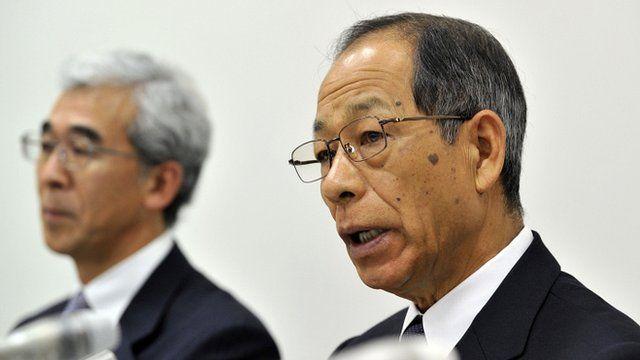 Former Olympus chairman Tsuyoshi Kikukawa (R) and vice president Hisashi Mori (L) at a press conference at the Tokyo Stock Exchange