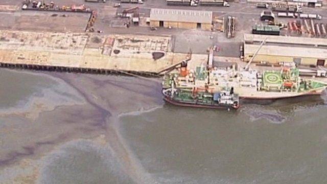 Oil spill in Brisbane River, Australia