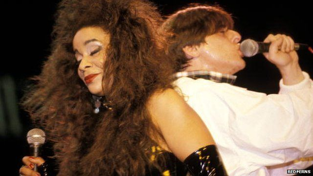 Rowetta Satchell and Shaun Ryder performing in the Happy Monday in 1991