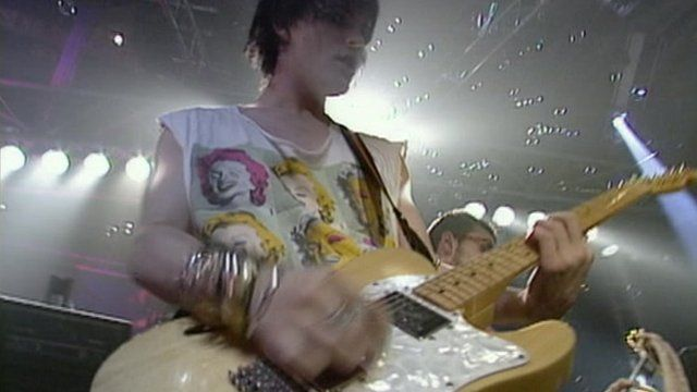 Richey Edwards performing with Manic Street Preachers