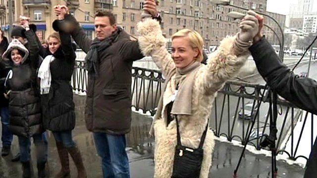 Protesters link arms in Moscow