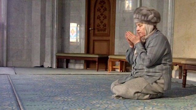 A woman is praying in a mosque in Tatarstan.
