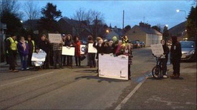 Protestwyr yn Llanalhaearn ym mis Rhagfyr