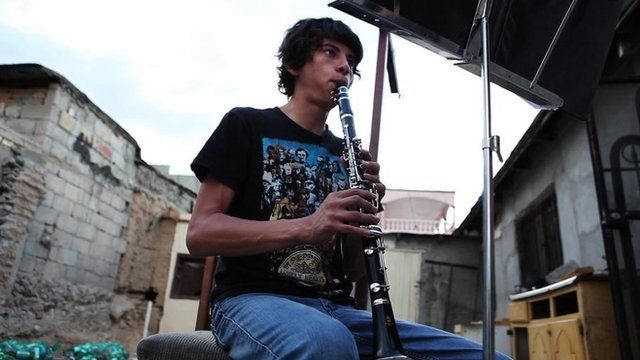 Esteban Ruiseco playing clarinet