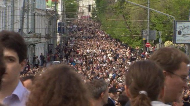 Thousands of people march in Moscow in opposition protest