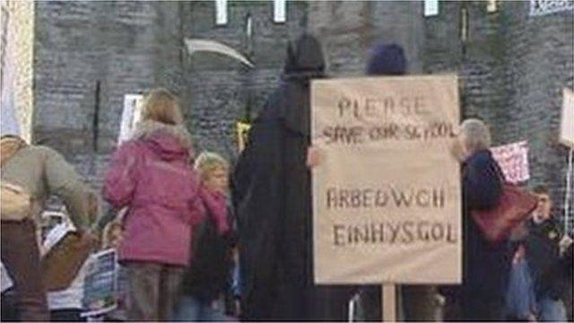 Protest gan rieni a phlant ysgolion ardal bryncrug, Llwyngwril a Llanegryn