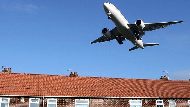 Plane flies over houses in Manchester