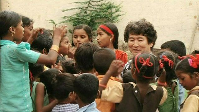 Kim Jae Chang with Indian children