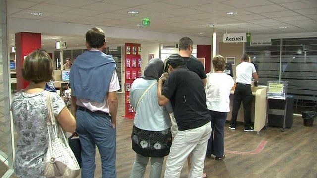 Queue in a French unemployment agency