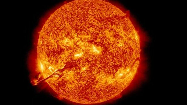 Giant flare erupts from the Sun