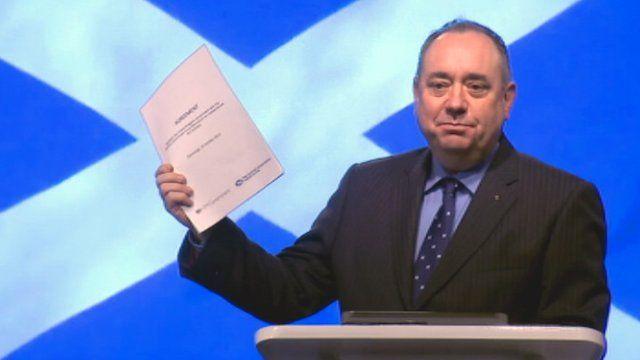 First Minister Alex Salmond holds a copy of the Edinburgh Agreement