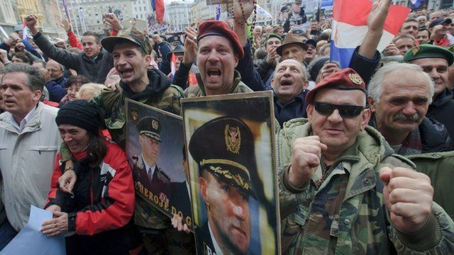 Crowds holding pictures of Ante Gotovina and Mladen Markac