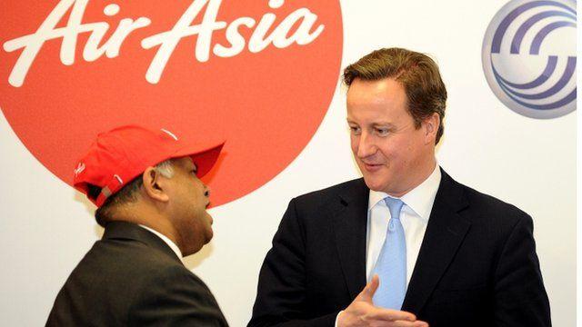 Tony Fernandes, perchennog Air Asia, yn siarad gyda David Cameron