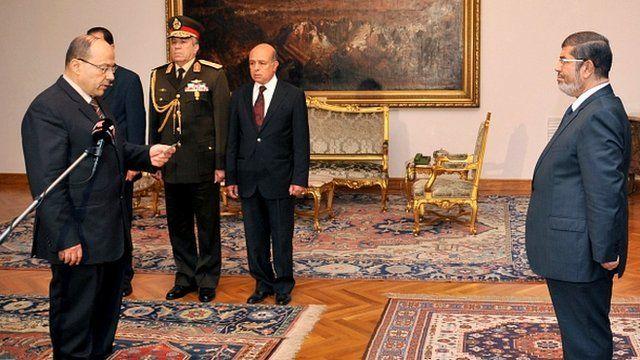 Talaat Ibrahim Abdallah (left) meeting Egyptian President Mohamed Morsi (right)