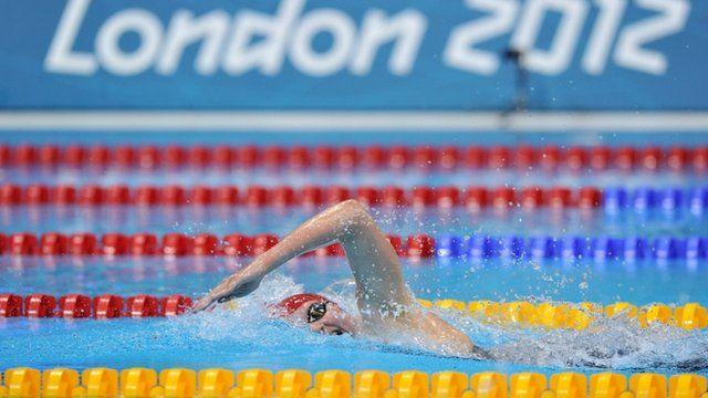 Rebecca Adlington oedd un enillodd un o dair medal Prydain yn y Gemau Olympaidd mewn nofio