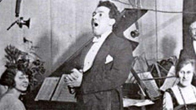 Mostyn Thomas yn canu yn stowdio 5WA Caerdydd yn 1923