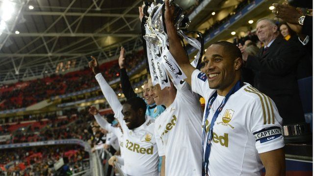 Ashley Williams a Garry Monk yn codi Cwpan y Gynghrair