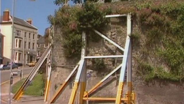 Fframiau metel o amgylch Castell Aberteifi