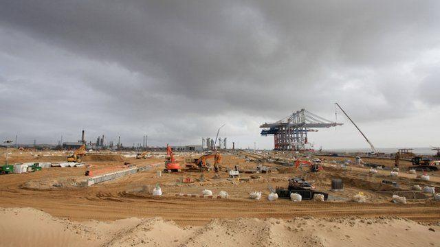 Giant cranes arrive at UK super-port