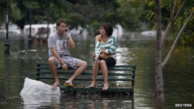 Argentina floods: Dozens dead in La Plata and Buenos Aires