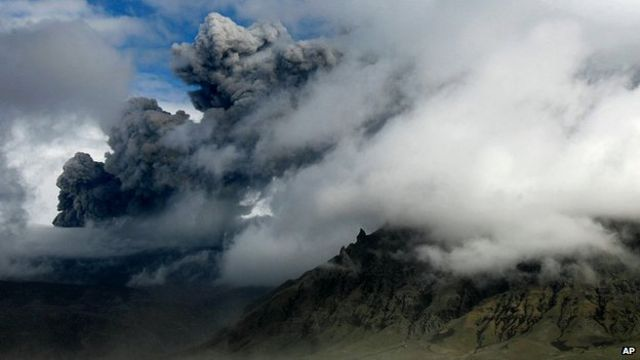 Easyjet to conduct volcano ash cloud tests