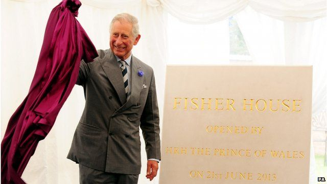 Prince of Wales unveils a plaque