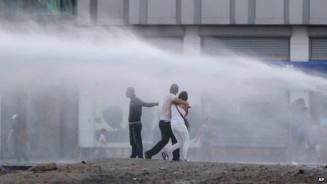 Water cannon used in Istanbul