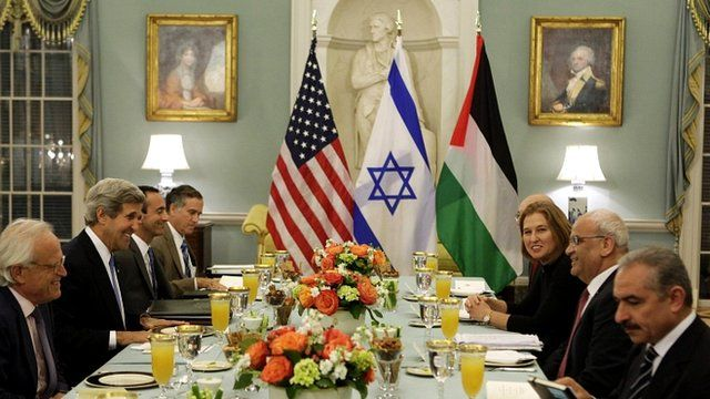 A dinner hosted by John Kerry, second from left, with Israeli negotiator Tzipi Livni, third from right, and Palestinian negotiator Saeb Erekat, second from right