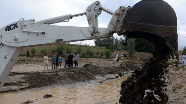 Digger lifting mud