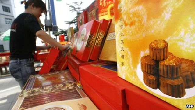 China corruption: Ban on officials' mooncakes purchases