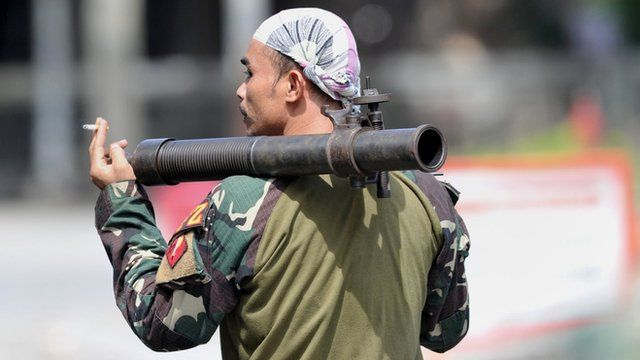 A Philippine soldier carriers a mortar in Zamboanga City