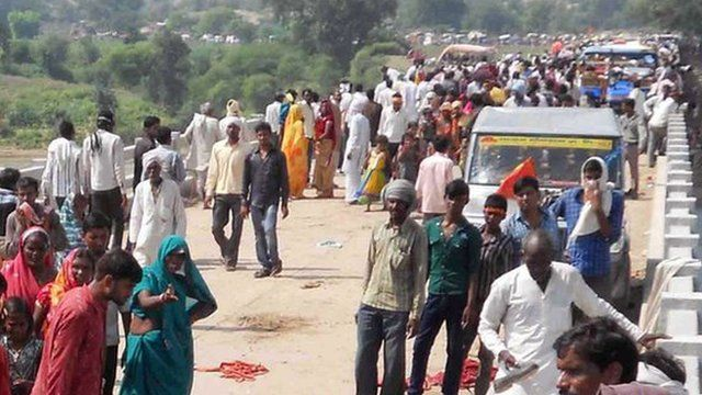 """People gathered on the bridge following a stampede outside the Ratangarh Temple in Datia district, India""""s Madhya Pradesh state"""